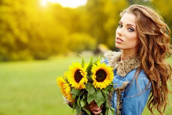 femme et bouquet de tounesol
