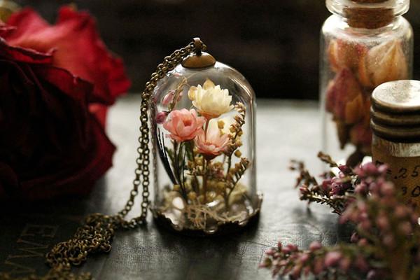 bijoux avec de vrai fleurs a l 39 int rieur. Black Bedroom Furniture Sets. Home Design Ideas