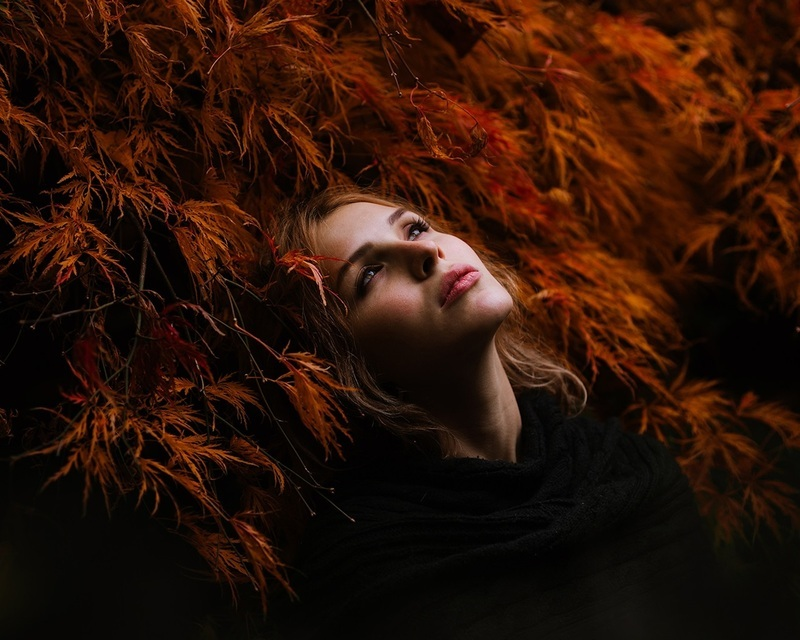 Red-hair-girl-grass-black-dress_1280x1024